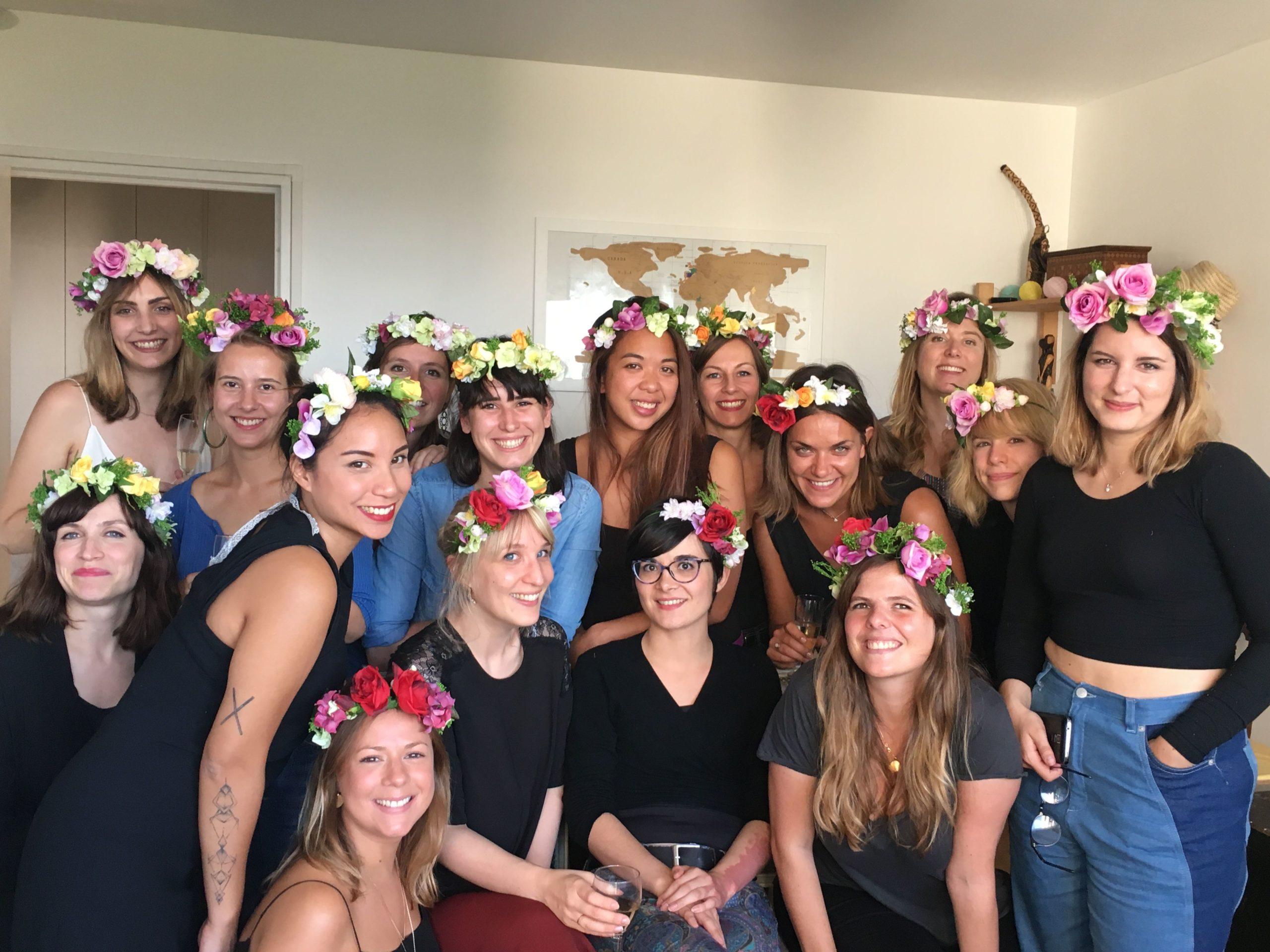 atelier creatif DIY couronne de fleurs pour enterrement de vie de jeune fille EVJF