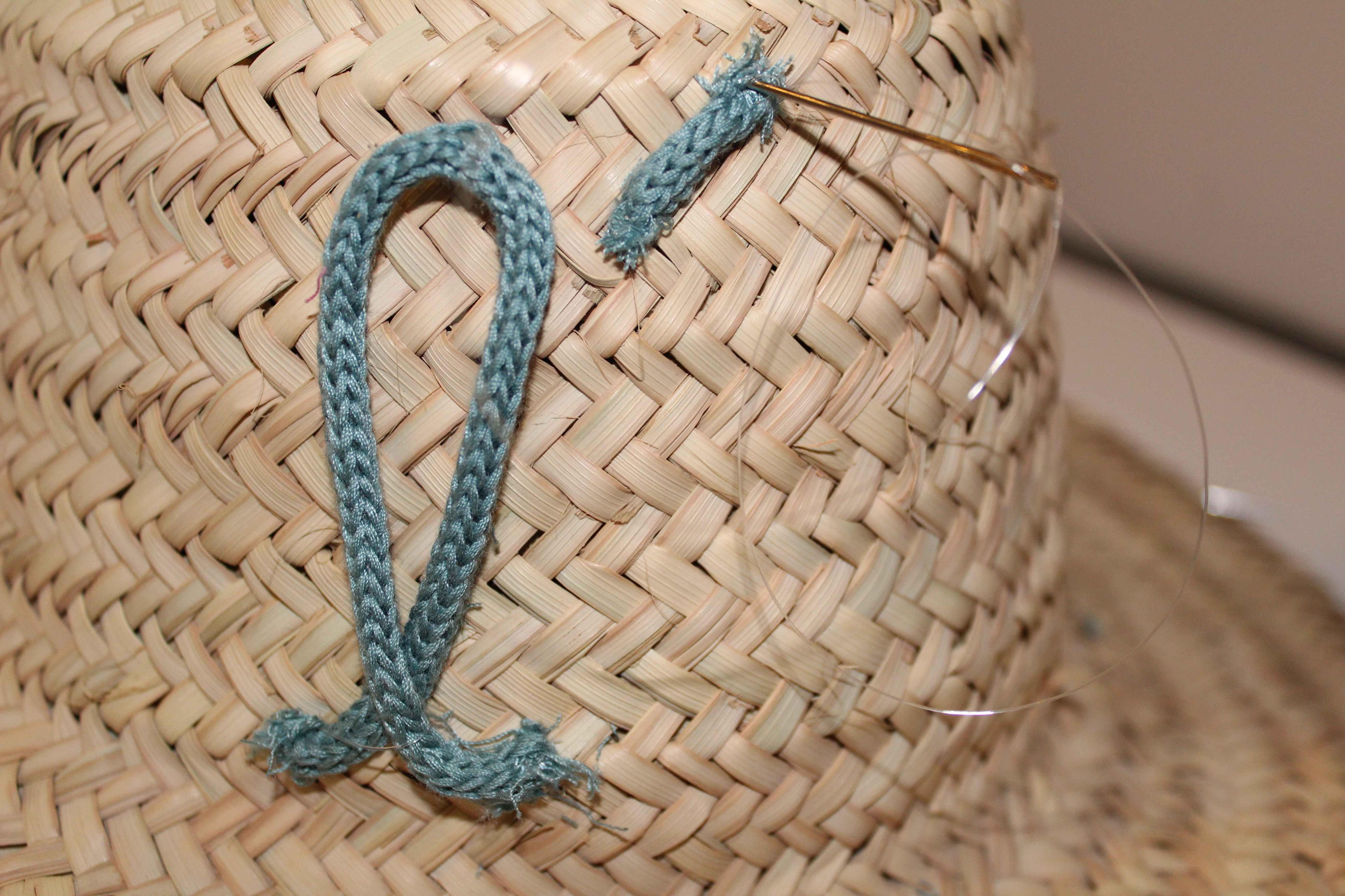 fixation tricotin sur chapeau panier