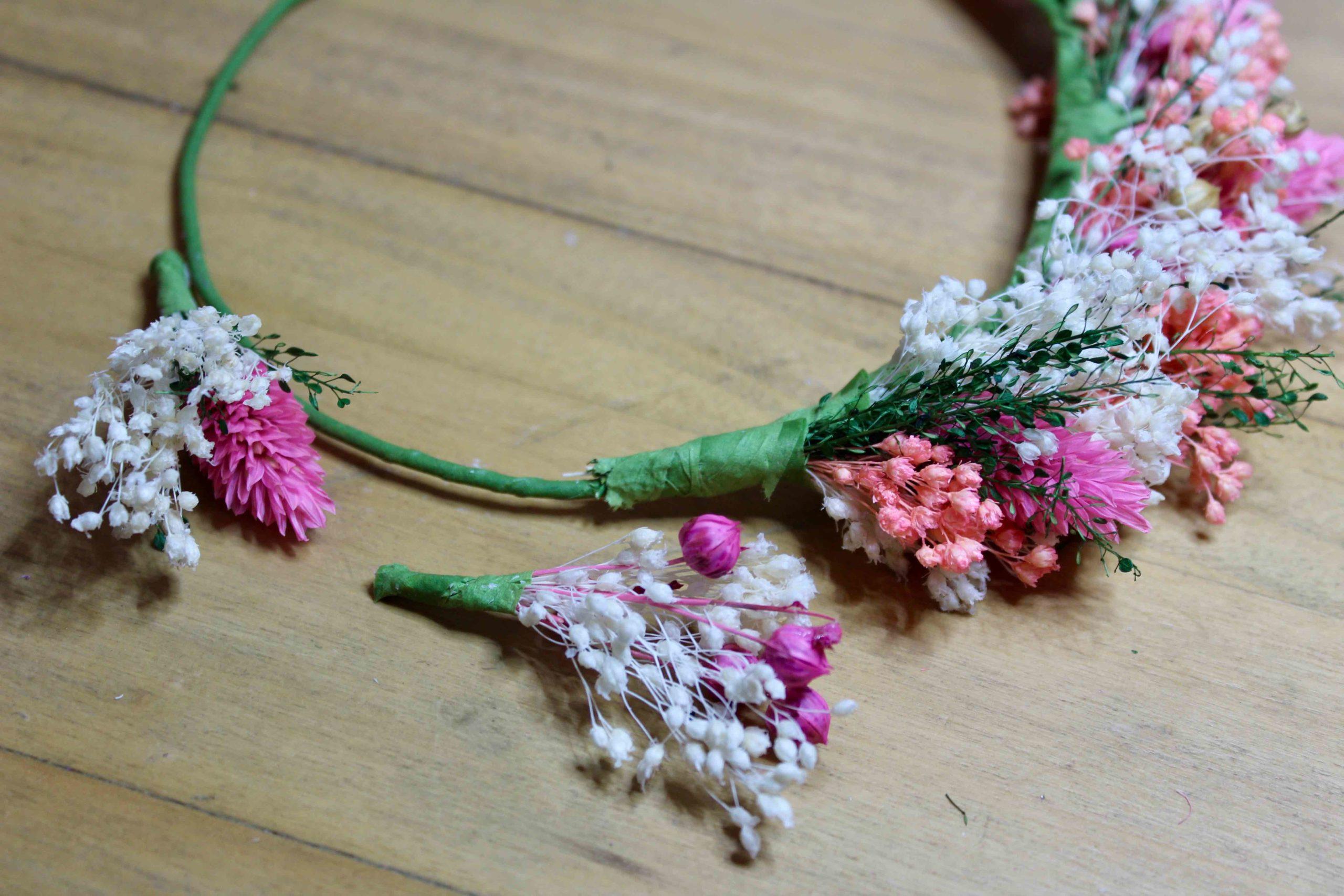 tutoriel couronne de fleurs sechees diy montage des fleurs